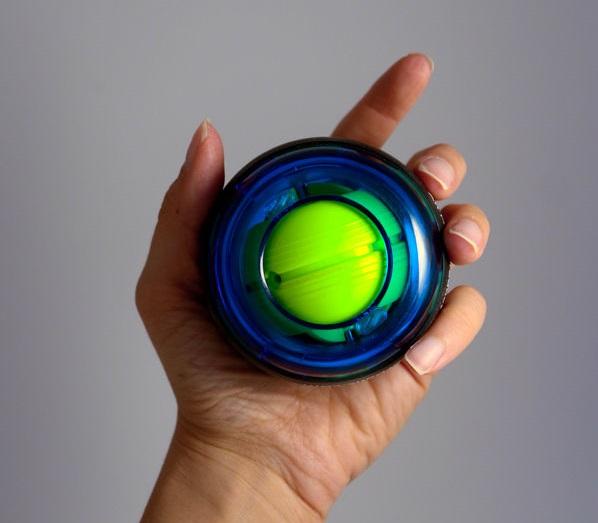 Imagem de uma mulher com uma Powerball nas mãos.