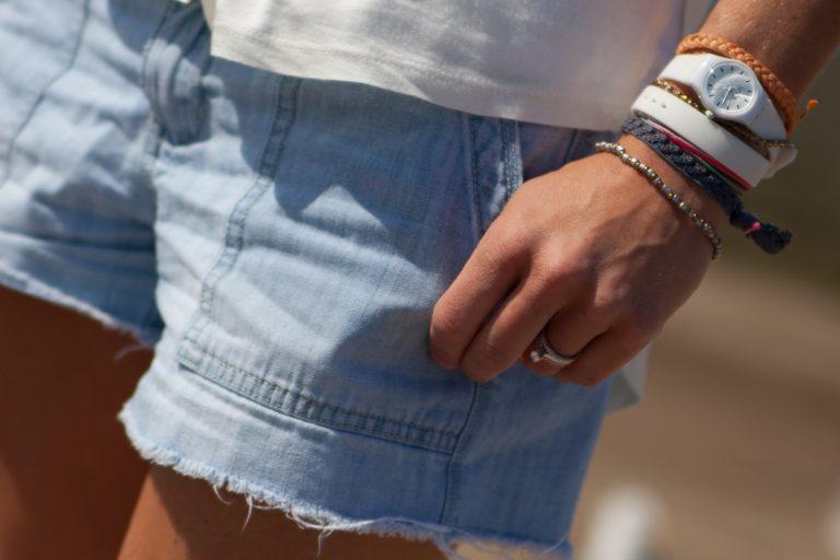 Imagem de uma mulher utilizando várias pulseiras.