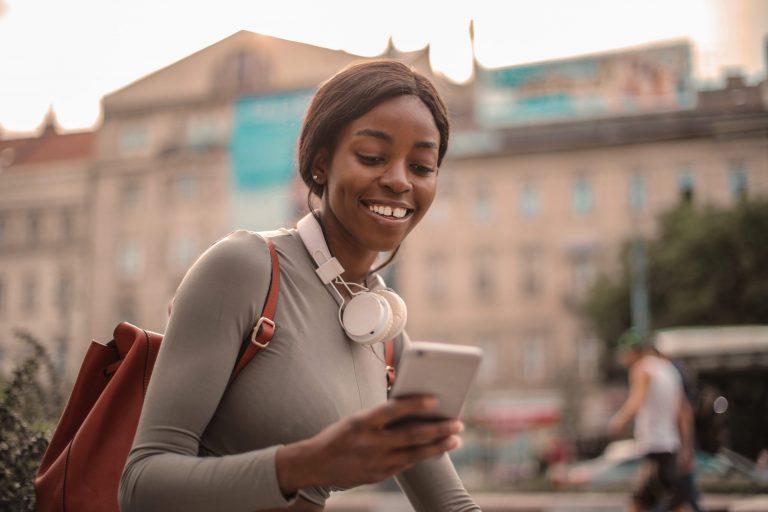 Imagem de uma mulher usando o celular.