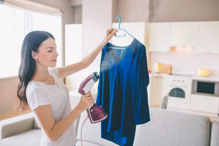 mulher passando roupa com passadeira