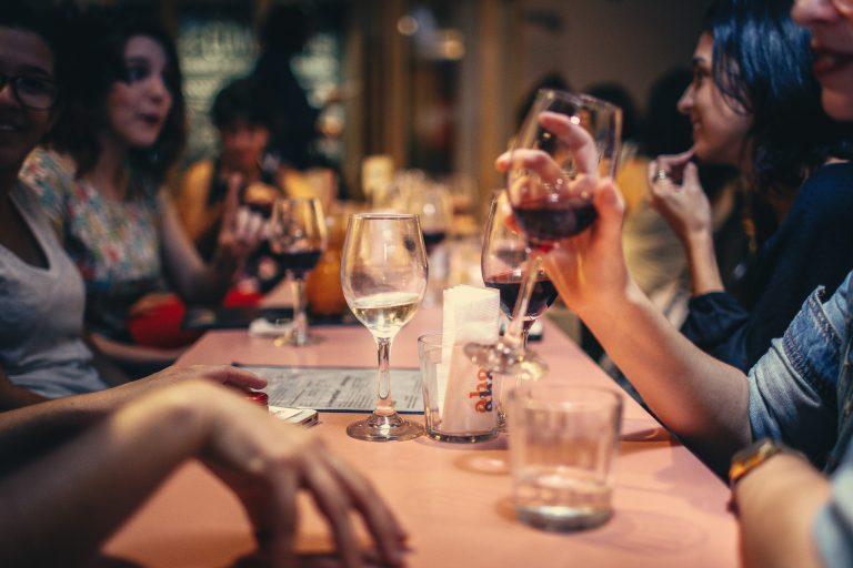 Mesa de amigos com taças para água e vinho