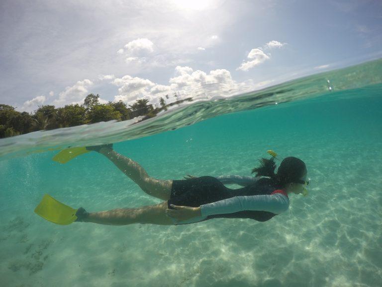 Imagem mostra uma foto de uma mulher embaixo da água