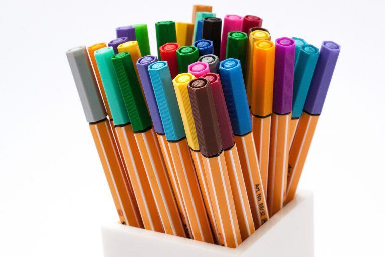 Imagem mostra um conjunto de canetas coloridas da marca Stabilo