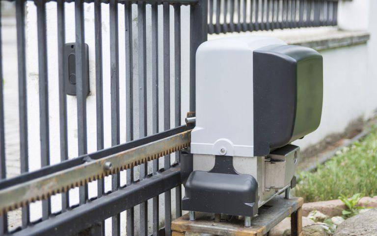 Imagem mostra um portão eletrônico de correr em processo de abertura.