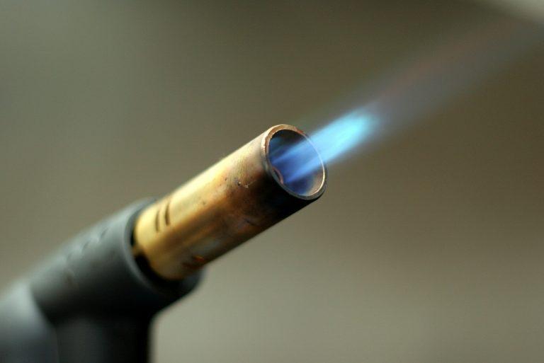 Imagem mostra um maçarico em close com a chama sendo produzida.