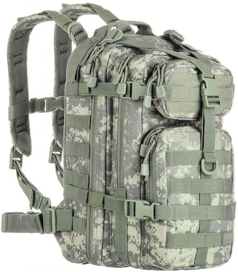 Imagem mostra uma mochila militar com diversos compartimentos e faixas de segurança