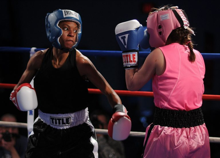 Imagem mostra duas mulheres em uma luta de boxe.