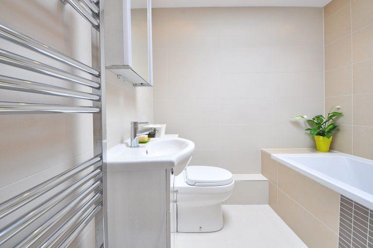 Imagem mostra um toalheiro térmico situado ao lado da pia em um banheiro.