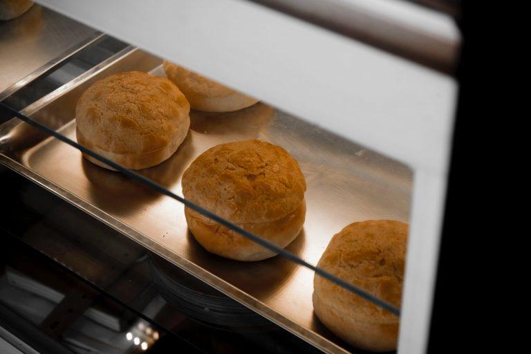 Na foto uma assadeira dentro de um forno.