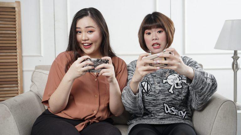 Imagem de duas meninas jogando pelo celular.