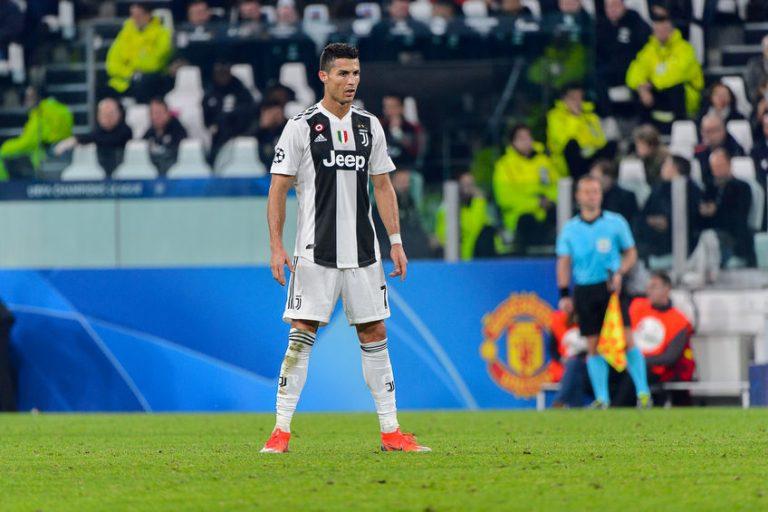 Imagem mostra o craque Cristiano Ronaldo se preparando para bater uma falta durante um jogo do seu time, a Juventus, da Itália.