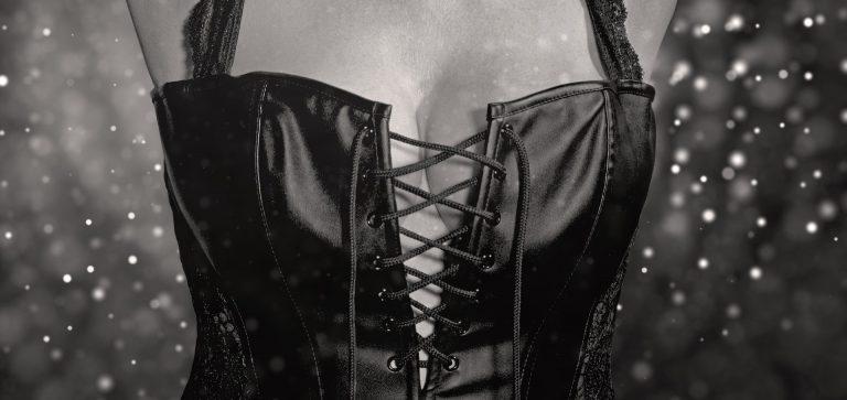 Imagem de mulher usando um espartilho preto de couro