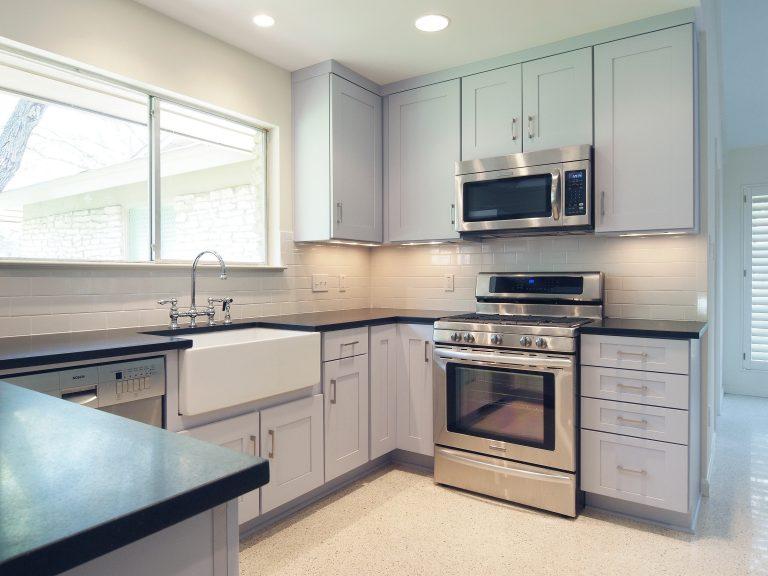 Imagem de mini forno elétrico em bancada da cozinha