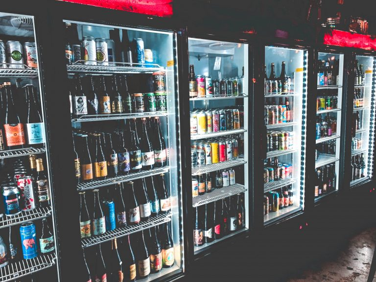Na foto diversas geladeiras expositoras uma ao lado da outra.