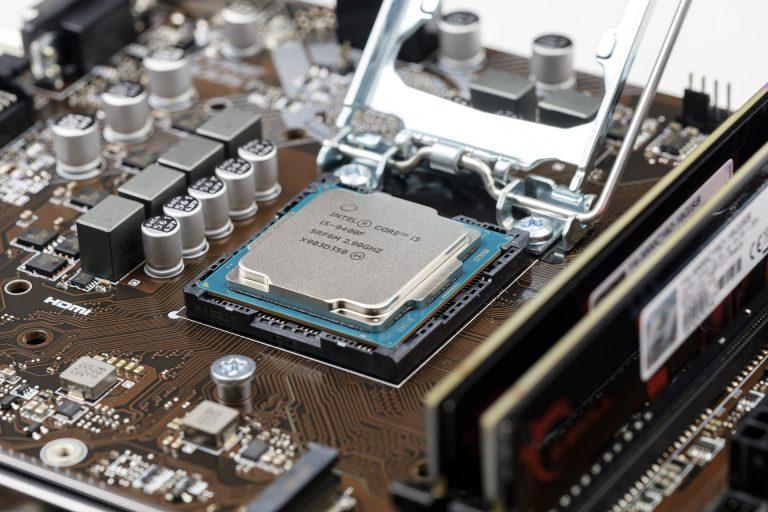 Imagem de placa mãe com destaque para um processador Intel
