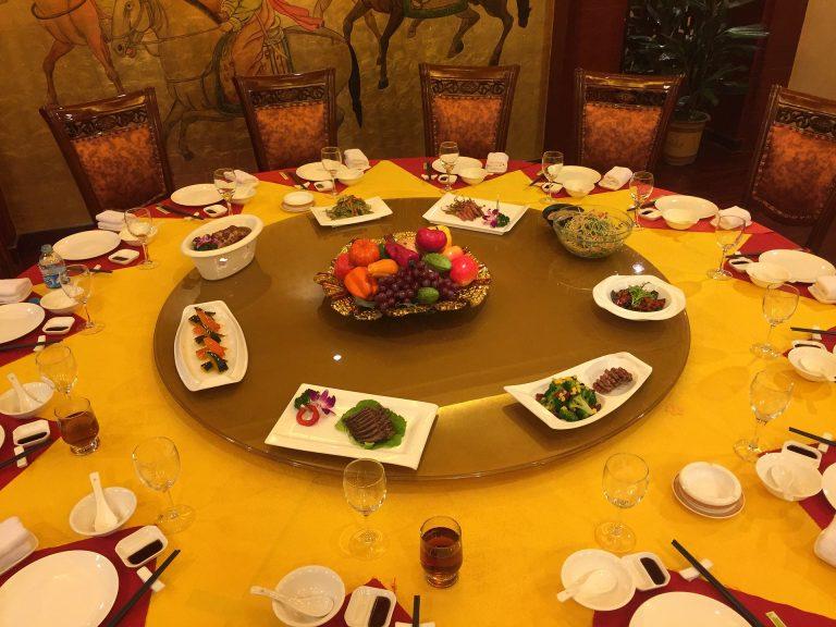 Imagem de uma mesa com um prato giratório ao centro.