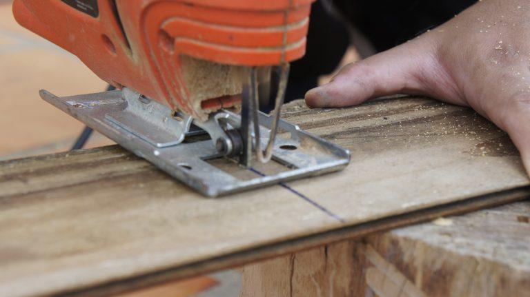 Imagem mostra uma serra tico tico em ação.