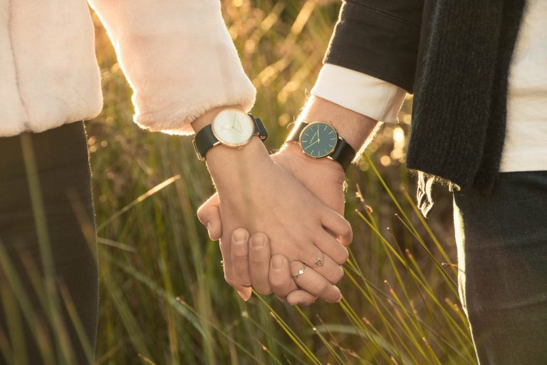Imagem de uma casal de mãos dadas.