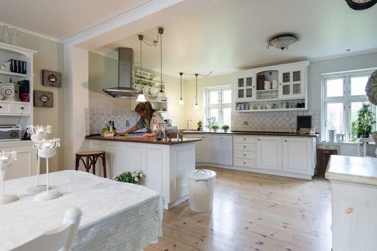 Imagem de cozinha com lixeira branca grande de metal