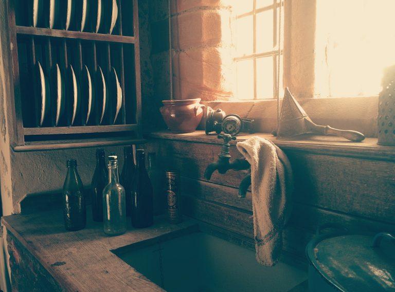 Pano de pia apoiado sobre torneira da cozinha