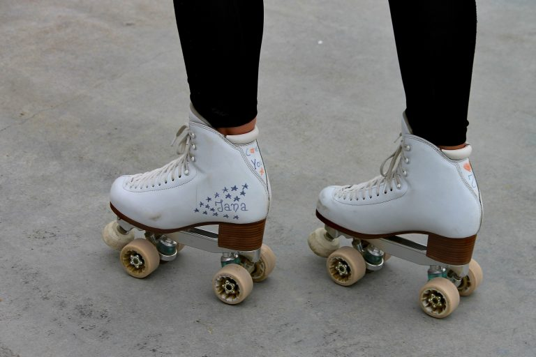 Menina com patins no asfalto.