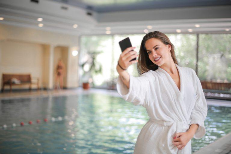Imagem de uma mulher tirando uma selfie.