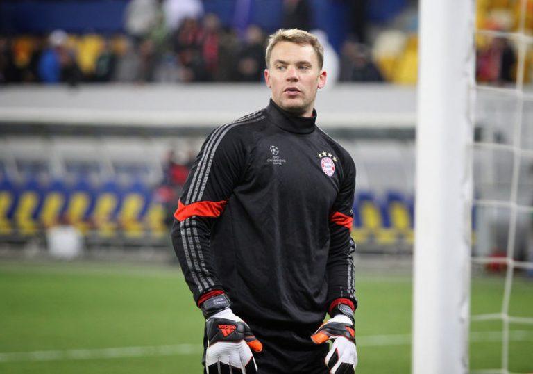 Imagem mostra o goleiro alemão Manuel Neuer, usando luvas Adidas, durante o aquecimento para um jogo do Bayern de Munique.