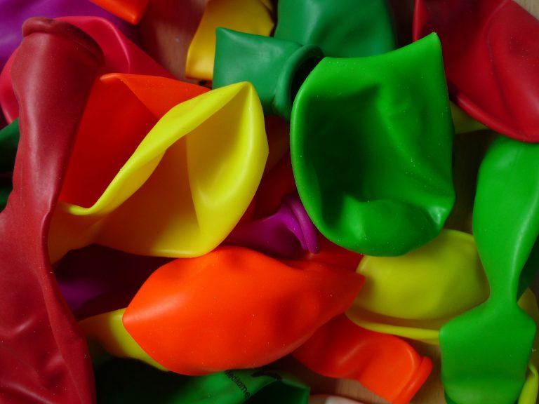 Balões coloridos sem encher.