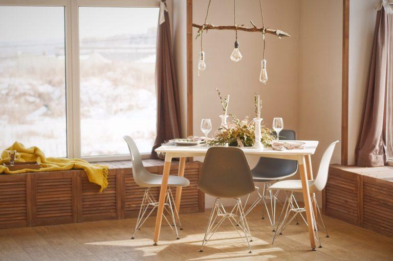 Imagem de uma mesa de jantar.