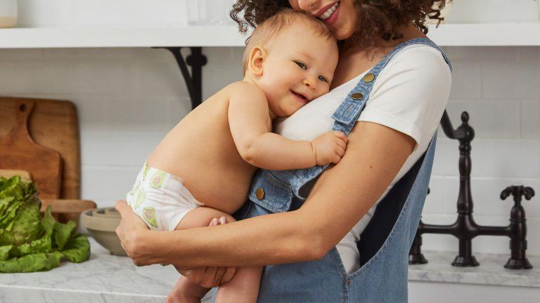 Imagem de um bebê no colo da mãe.
