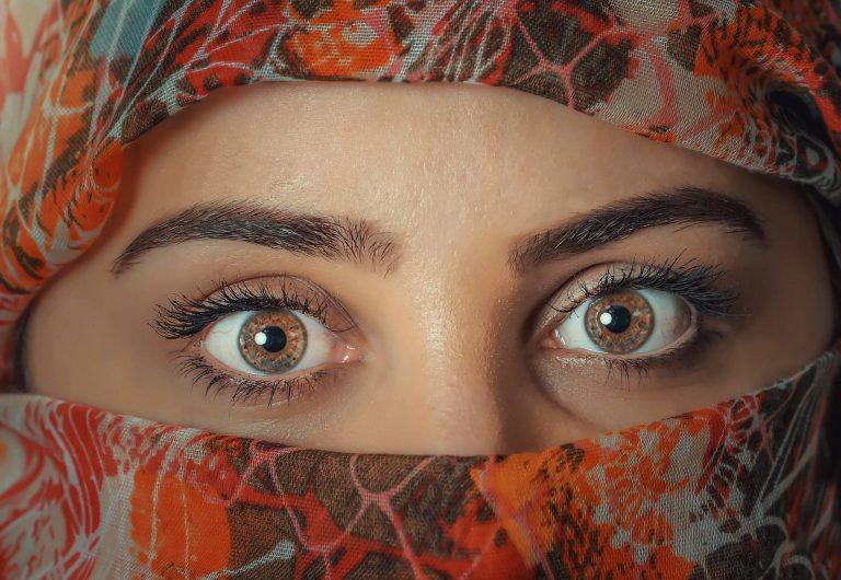 Na foto os olhos de uma mulher.