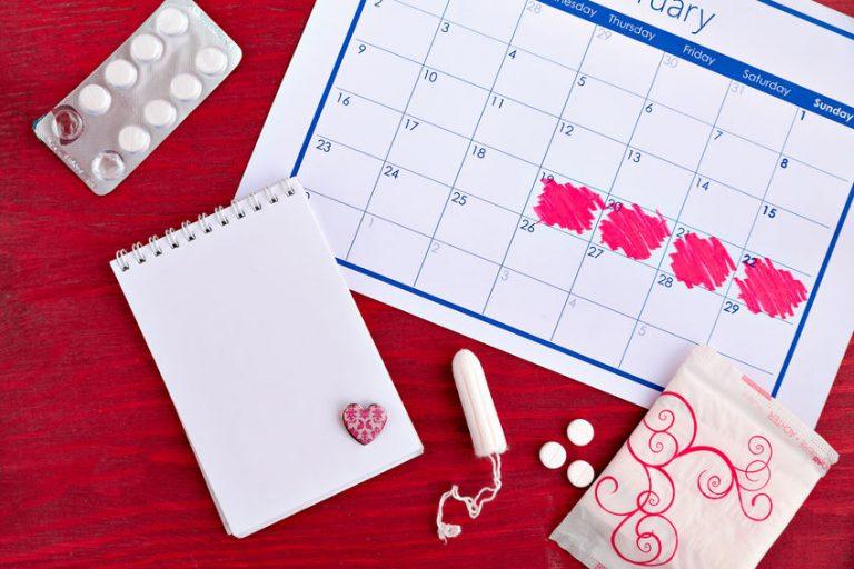 Imagem de absorvente internos, pílulas e calendário