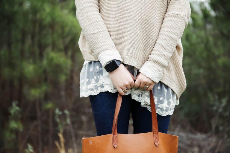 Imagem de uma moça utilizando um smartwatch.