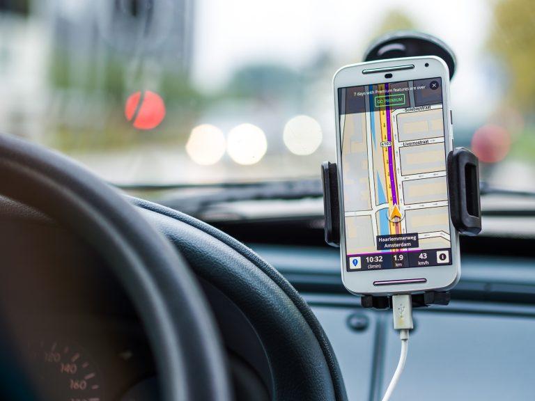 Imagem de um celular carregando no carro.