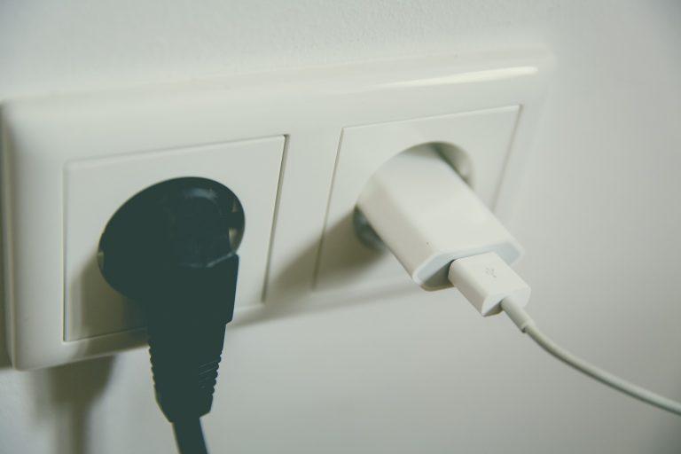 Imagem de carregador USB ligado na tomada