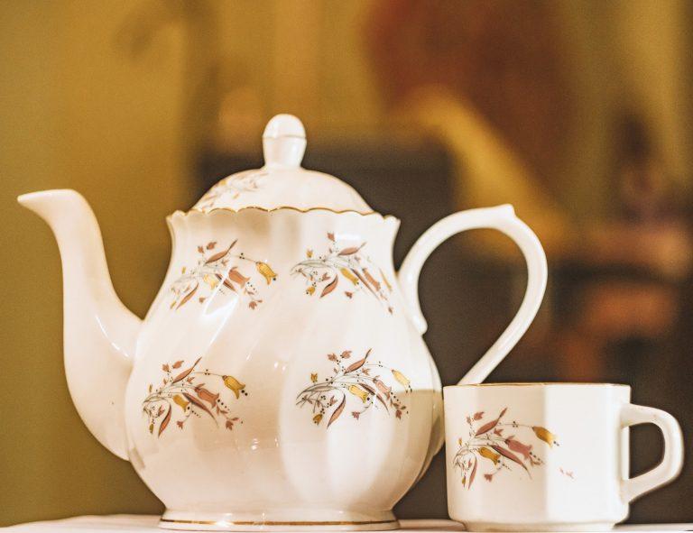 Bule de chá com desenhos floridos feito de porcelana chinesa.