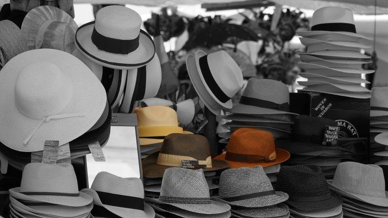 Na foto diversos modelos de chapéu expostos em uma loja.