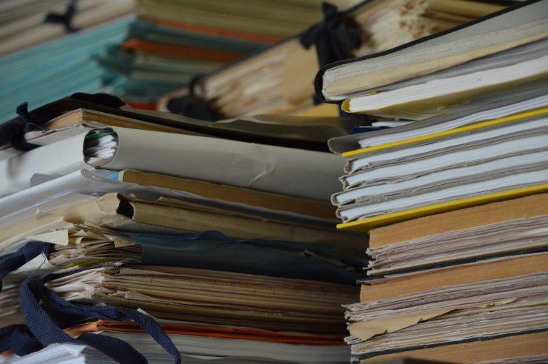 Imagem de pastas de arquivo de papel empilhadas
