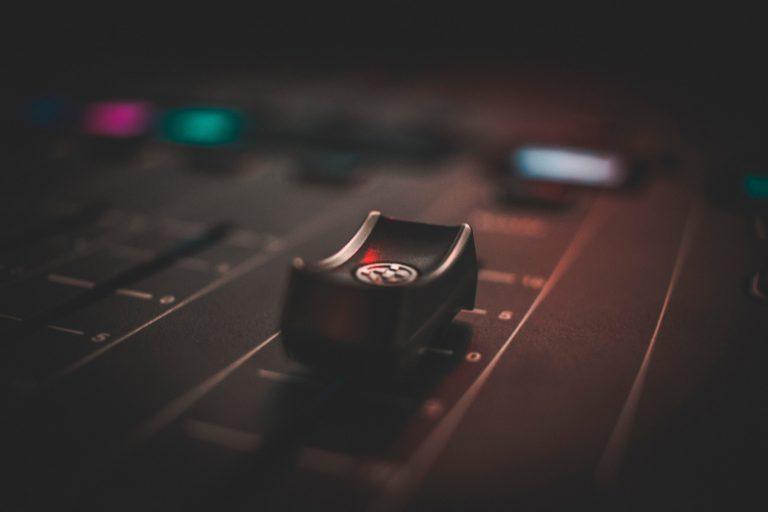 Imagem mostra, em foco seletivo, um controlador de um canal de uma mesa de som.