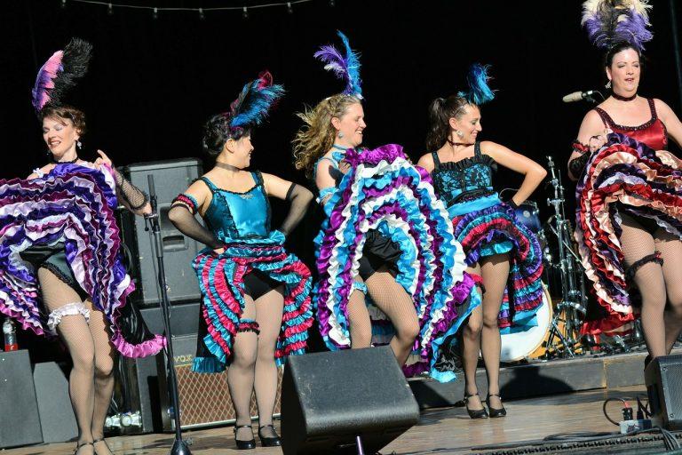 Imagem de dançarinas burlescas usando cintas de uma coxa