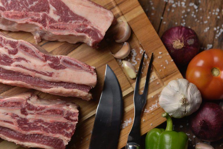 Imagem de uma carne fatiada.