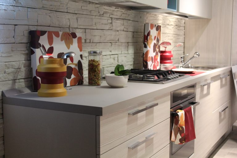 Imagem de forno elétrico de embutir em cozinha moderna