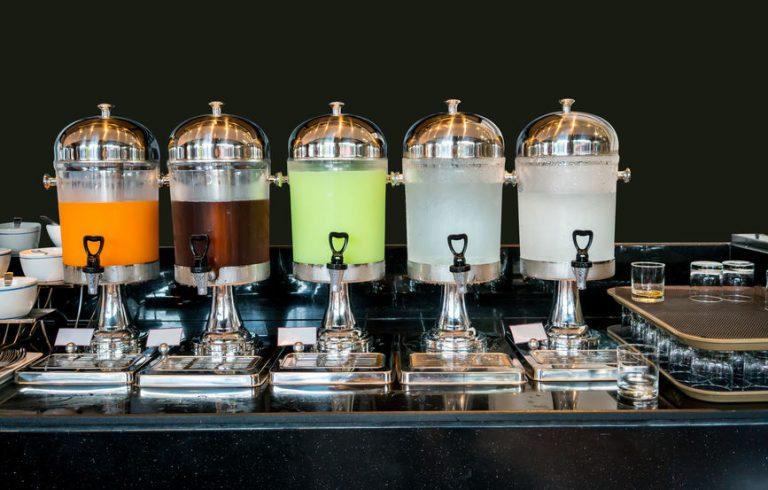 Imagem de cinco suqueiras de vidro com acabamento em metal