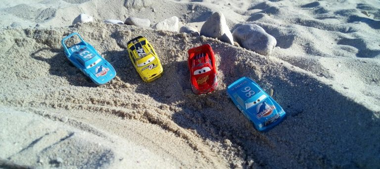 Imagem de carrinhos de corrida na areia da praia