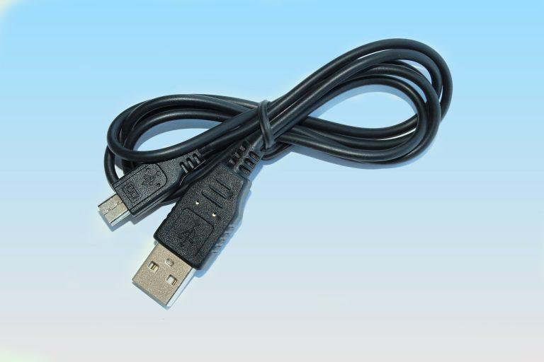 Imagem de carregador USB preto enrolado