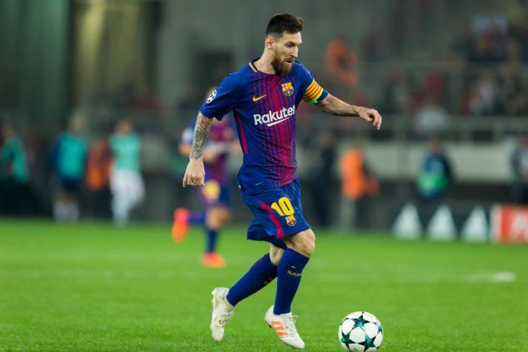 Imagem mostra o craque argentino Lionel Messi carregando a bola durante um jogo do Barcelona.