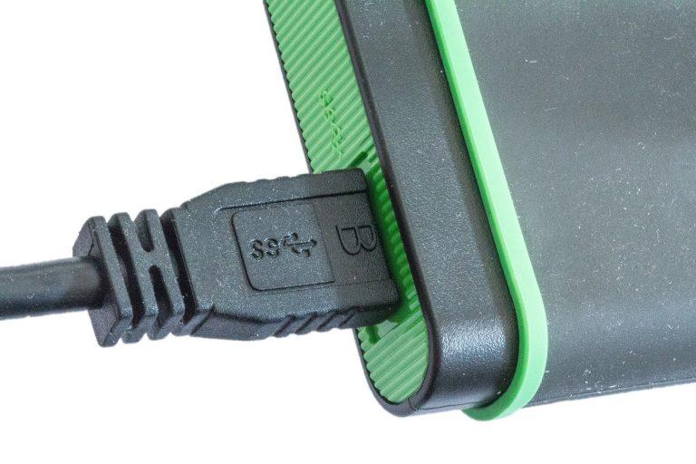 Imagem de carregador USB preto conectado a um Power Bank