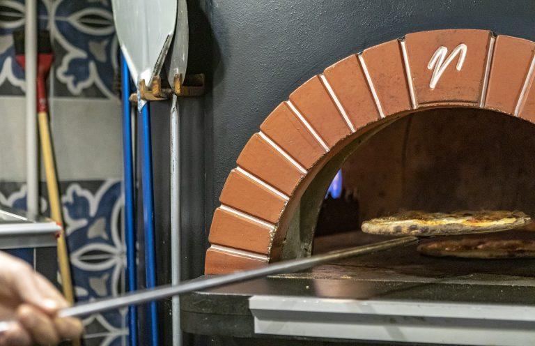 foto de uma pá de pizzaria, para colocar a pizza no forno e retirar.