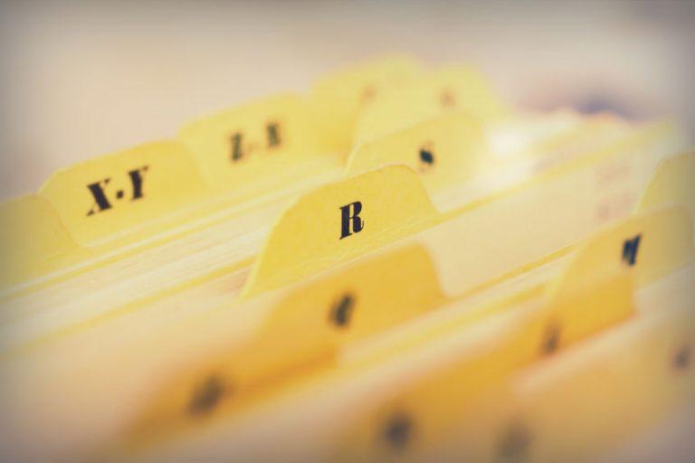 Imagem de pasta sanfonada com destaque nas divisórias em ordem alfabética