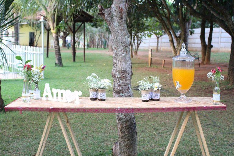 Imagem de suqueira de vidro em mesa decorada para casamento
